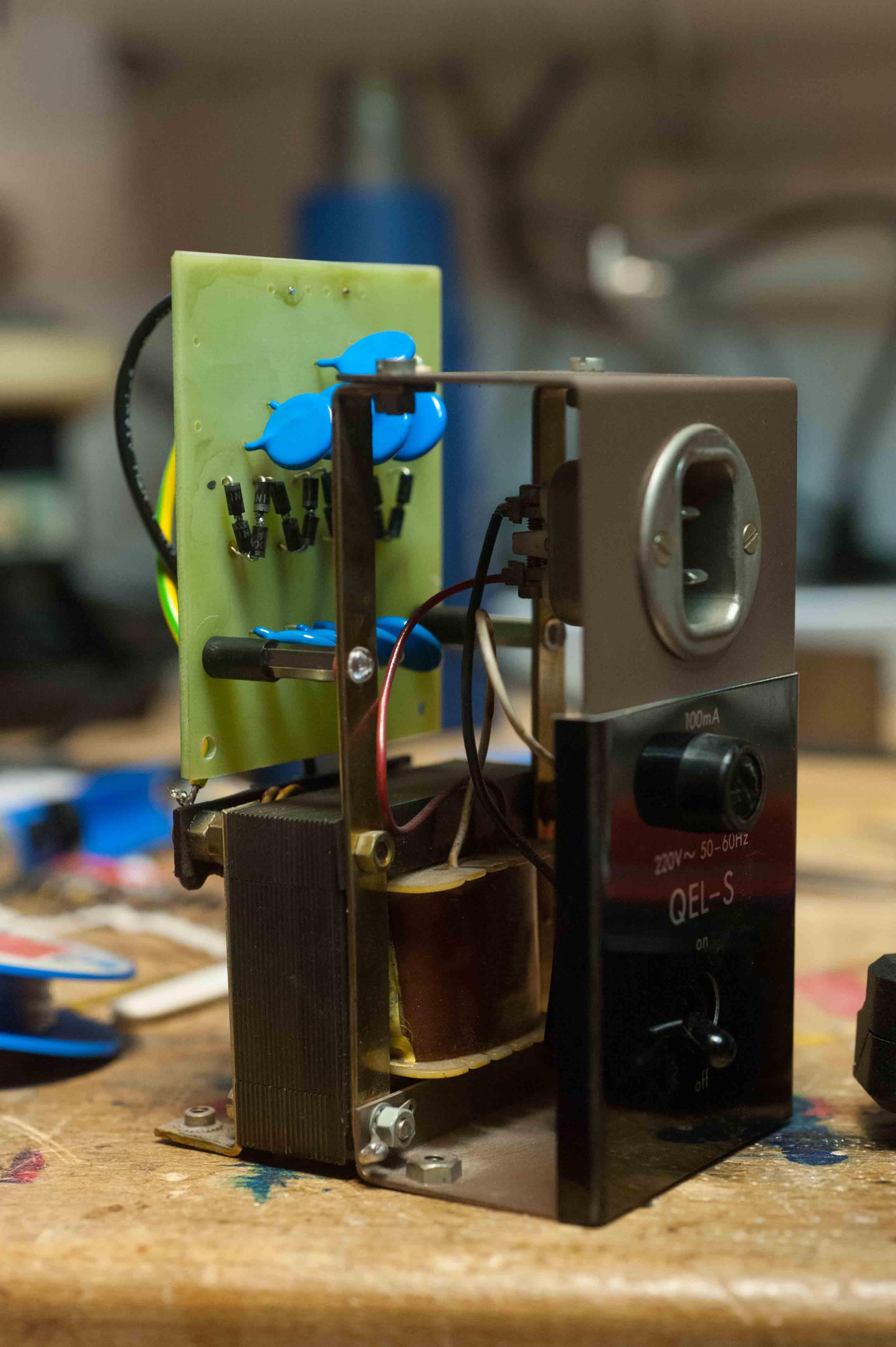 Die ausgebaut EHT Unit mit der Originalbestueckung von Dioden und Kondensatoren