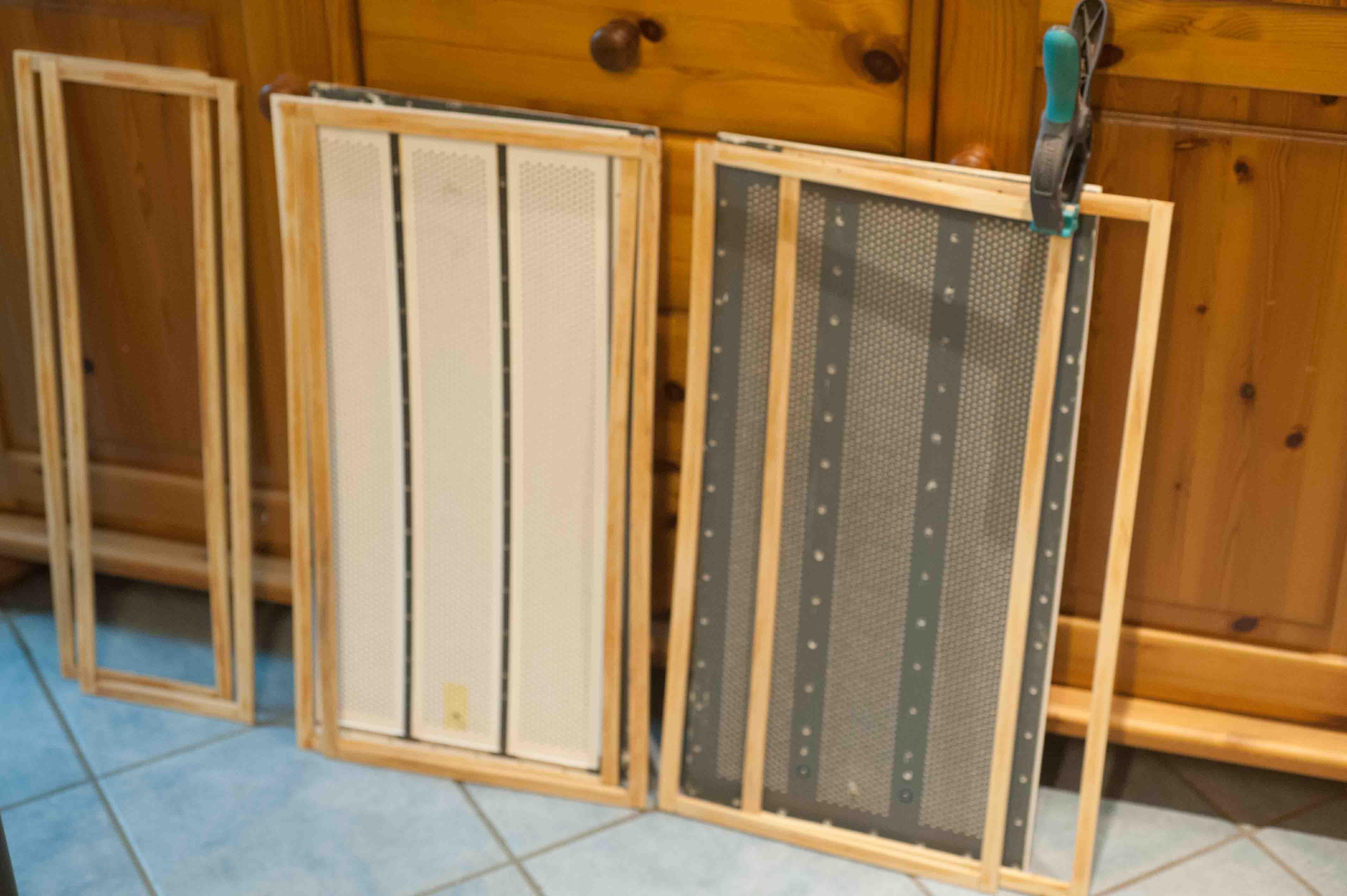 die Holzrahmen der Staubschutzpanels, dahinter die zerlegten Statoren der ESL57