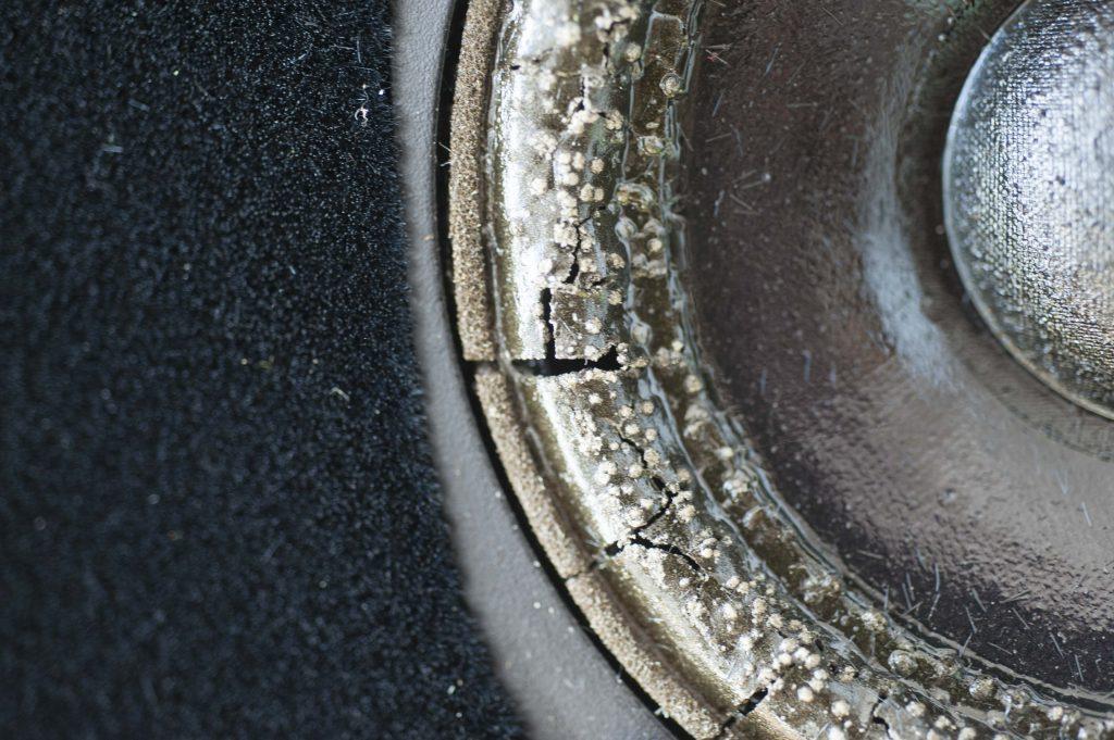 Risse in der Sicke mit honigartigen Material belegt