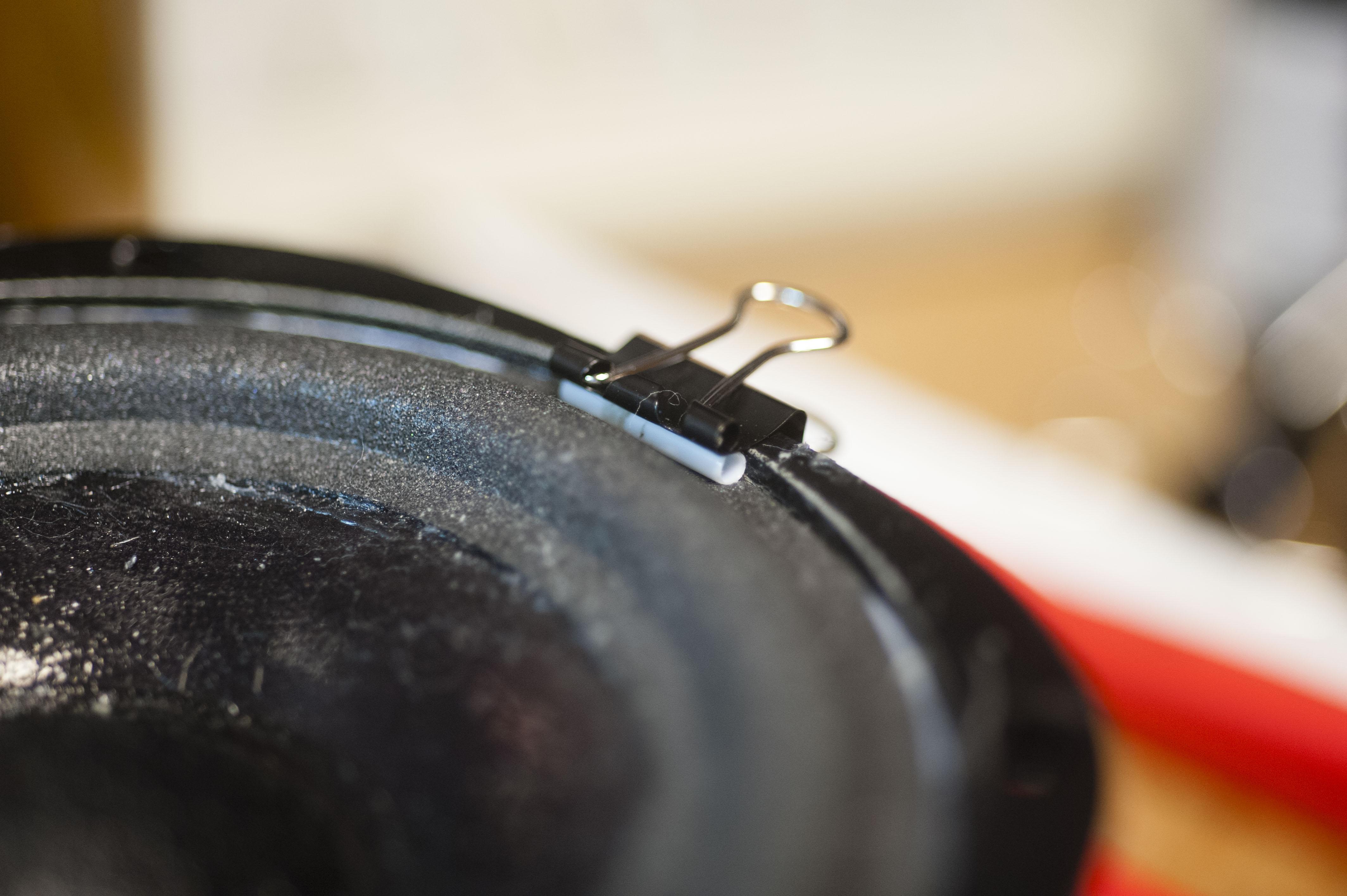 vorsichtiges Anpressen auf den Metallkorpus