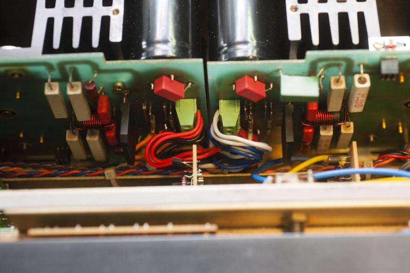 Zurückgebaute Ebdstufen B750 rote Bypasskondesatoren