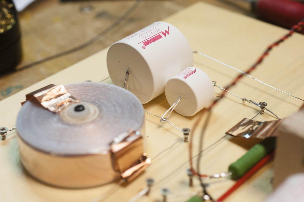Mundorf Kondensatoren und Luftspule vor Bass